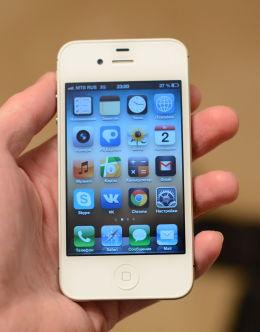 Айфон 4s в руке