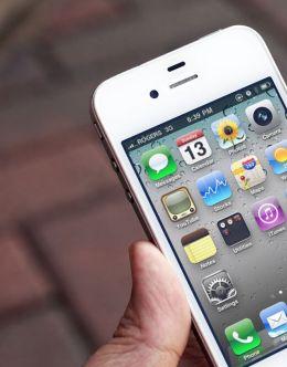 Вот так Айфон 4 выглядит в руке