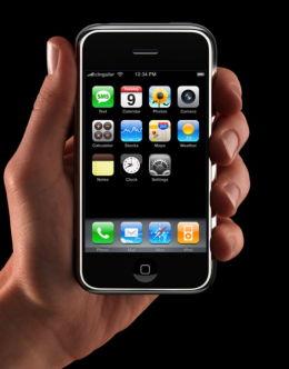 Фото самого первого iPhone в руке
